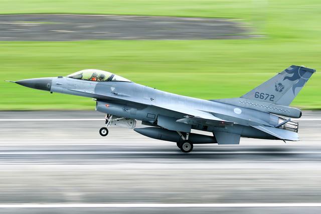 """台F-16战机失联实为""""投诚大陆降落厦门""""?台官方否认"""