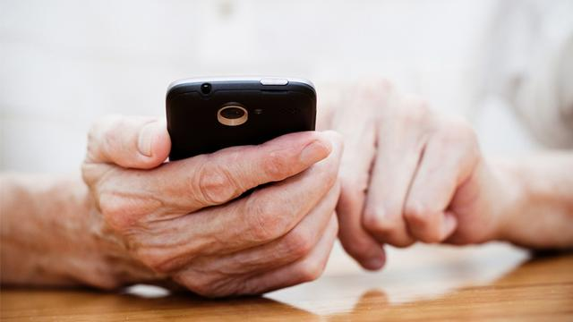 """""""老人被高科技抛弃""""现象如何解决?国家发改委回应 全球新闻风头榜 第1张"""