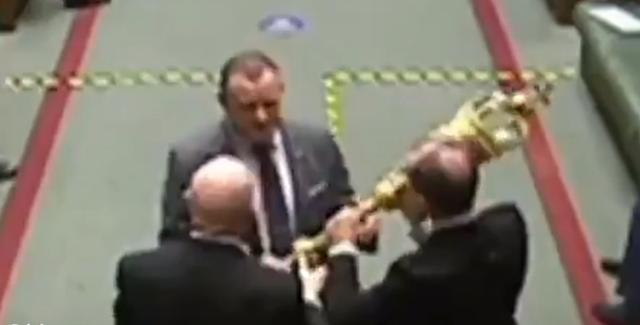 """硬抢?英国议员对议会不满,一把夺走""""女王权杖"""""""