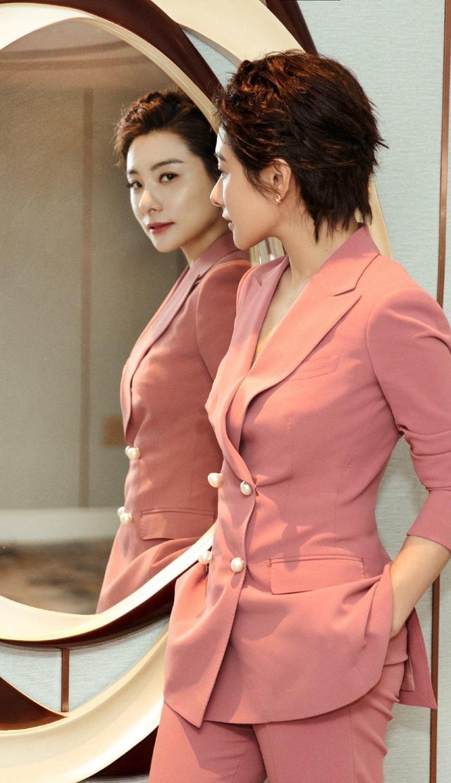 41岁挺孕肚倒立一字马,体操皇后刘璇穿红丝绒西装,逆袭成女王-第5张