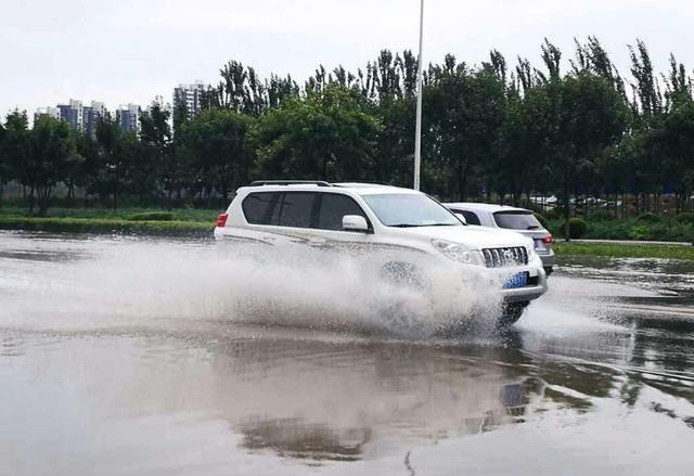 如何安全通过积水路面?老司机分享涉水技巧,早知道省下拖车钱