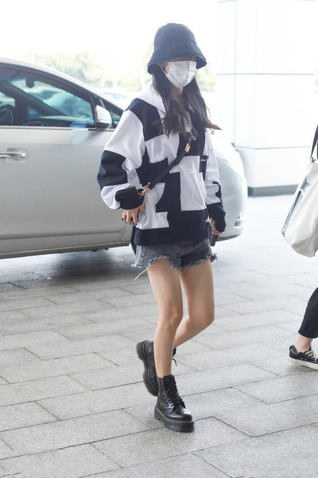 让李沁、赵丽颖爱不释手的单品,一件卫衣轻松get今年流行趋势-第8张