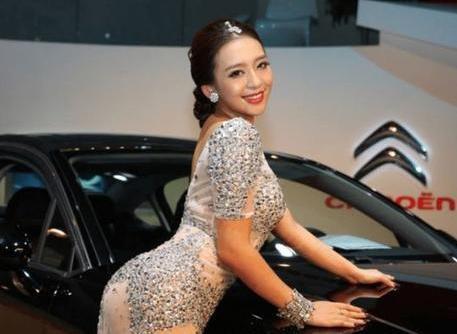 """中国""""第一丰满车模"""",豪车展中车模故意走光?网友:绝不是故意的插图4"""