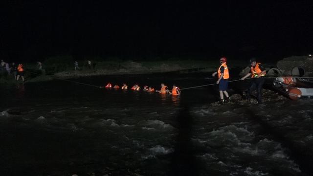 河南平顶山:五名初中生河畔游玩 两人不慎落水溺亡 救火员尽力搜救插图1