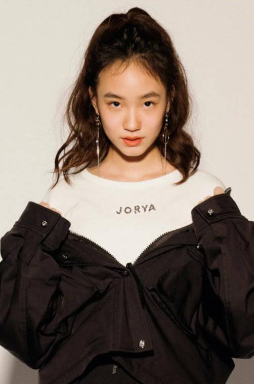 小S带仨女儿拍杂志,一身LV穿出秋衣感,四个鼻子如同复制粘贴-第6张