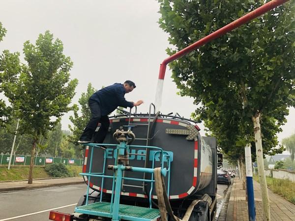 """平顶山新华区环卫洒水车喝上""""中水""""每一年勤俭自来水数十万吨插图"""