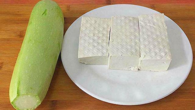 一块豆腐,一根西葫芦,简单一蒸,又香又嫩,一大盘吃不够