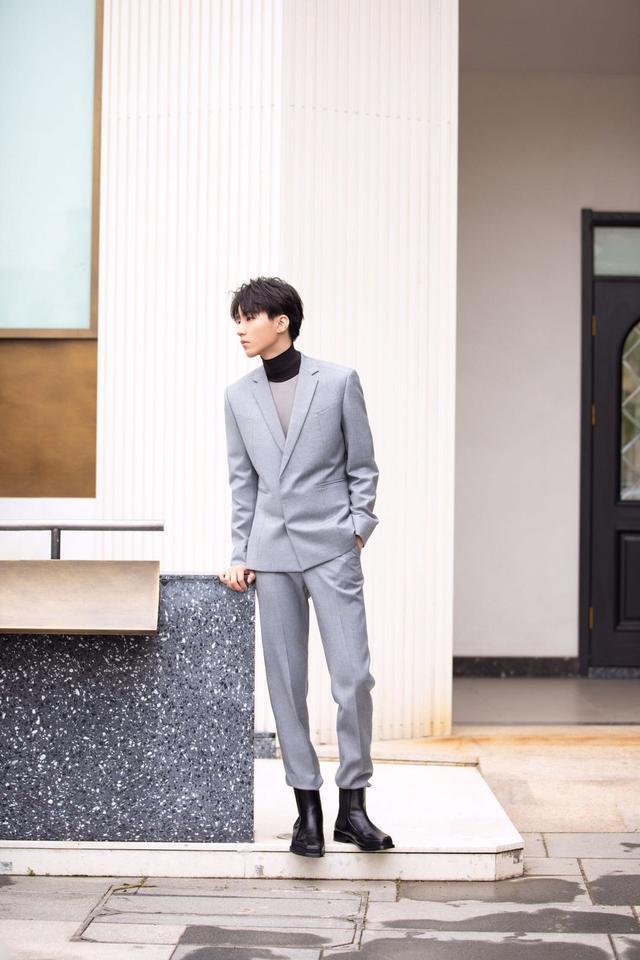 王俊凯还有这么成熟的一面呀,西装+踝靴,搭配的够新颖-第3张