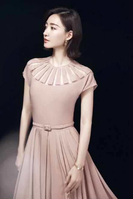 名门泽佳:王丽坤不愧是素颜美人!穿裸色长裙搭玫瑰首饰效果自信优雅