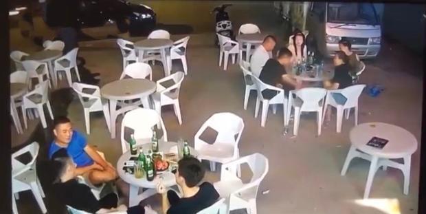 监控拍下恐怖一幕:轿车高速冲过夜市一桌人被撞飞,司机疑似醉酒www.smxdc.net
