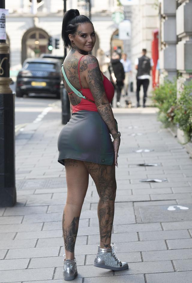 女星杰玛·露西现身伦敦街头,她看起来与众不同-第4张