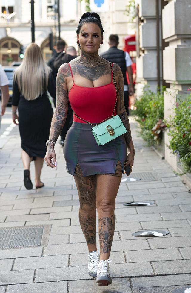 女星杰玛·露西现身伦敦街头,她看起来与众不同-第1张