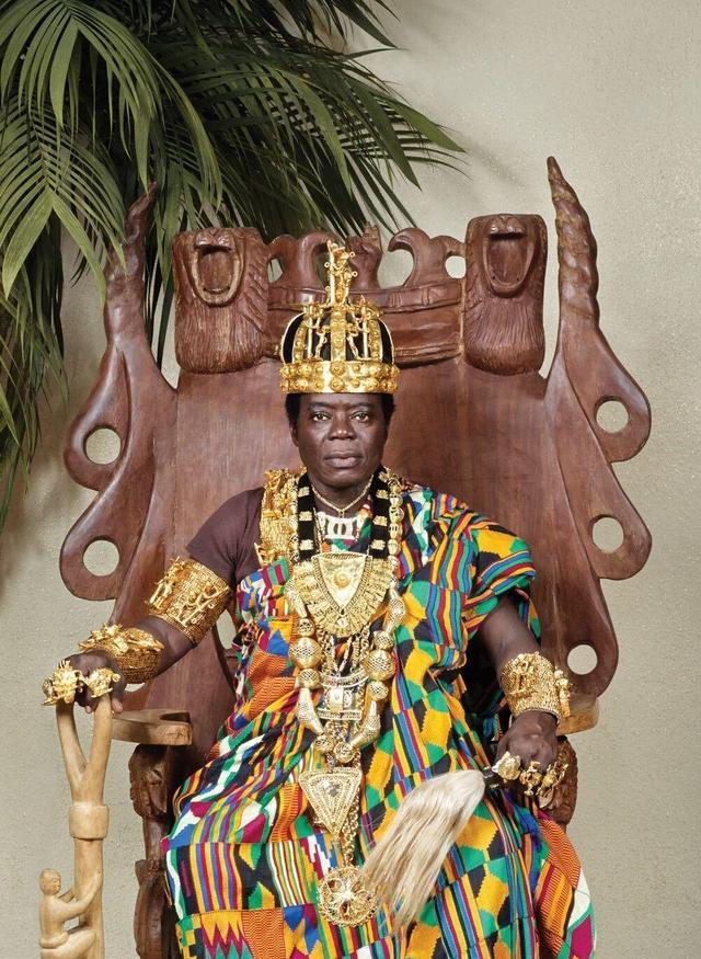 非洲国王在德国娶妻生子当修理工,一边遥控统治着远在非洲的祖国