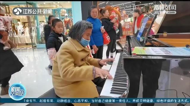 """徐州七旬奶奶在商场弹钢琴被赞""""公主范儿"""",她的身世让人意外"""