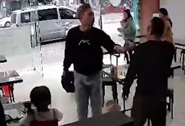 广东一酒醉男子饭店拎凳子砸老板,老板一把推倒男子一手护女儿