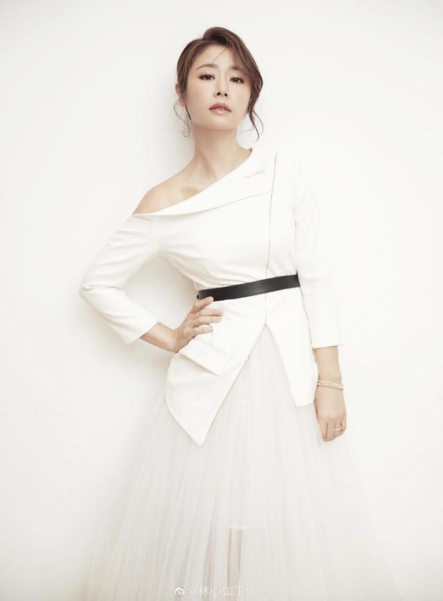 44岁林心如气质越发沉稳,黑白西装优雅大方,御姐范十分抢镜插图3