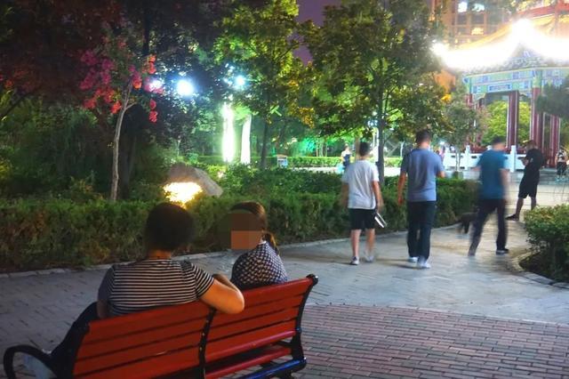 「游园夜景醉游人」晚上8点以后的工人文化宫,美爆了插图17