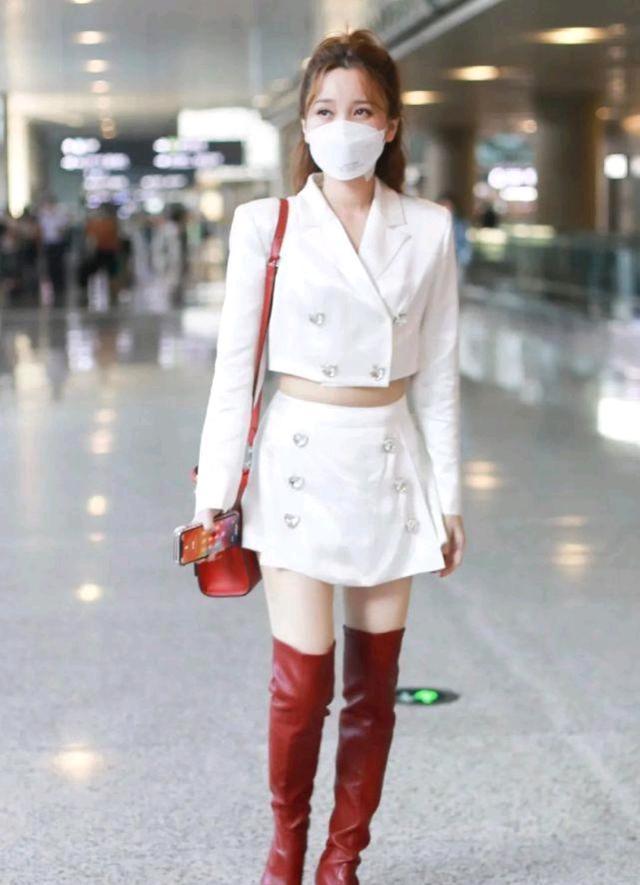 初秋怎么穿才精致?黑色西装裙配白色衬衫,干练又不乏时尚感-第11张