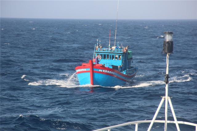 怂恿渔民越境非法捕捞,越南无视我国禁令的代价:11艘渔船被扣押-第2张