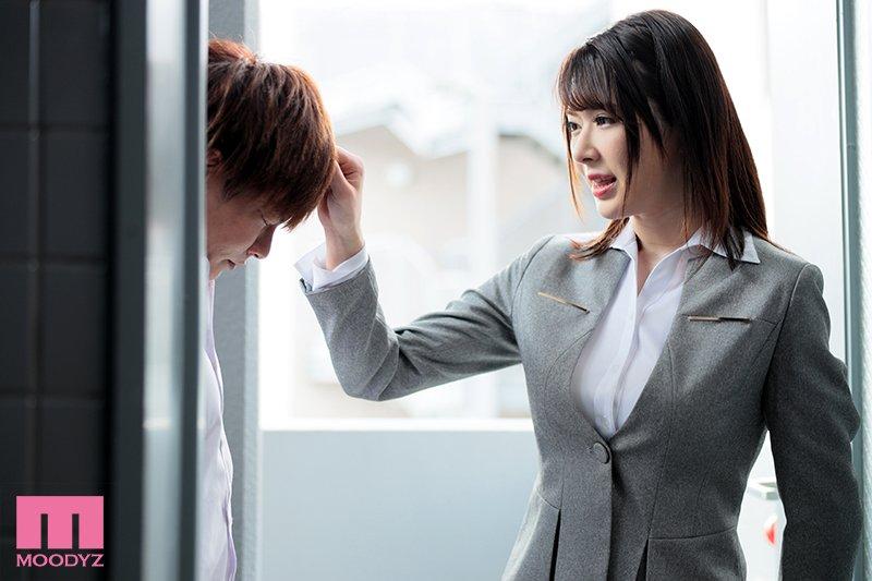 偷窥巨乳女教师「辻井ほのか」房间换衣 结果发现居然在偷自慰,只好冲过去满足她