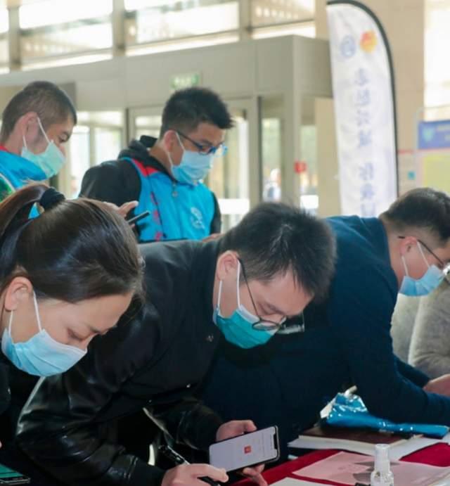 孟雅男、郑光荣参与新冠疫苗接种志愿服务