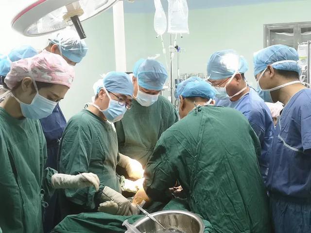 天津医院院长马信龙教授来河南省直三院进行保膝学术交流