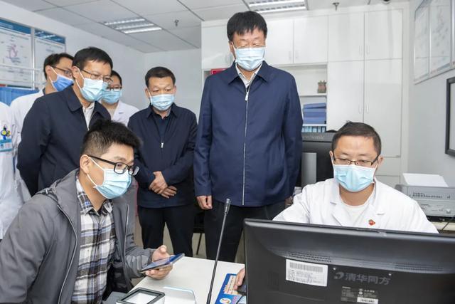 阜阳市人大常委会主任胡明莹一行来到市妇女儿童医院调研安康码使用情况