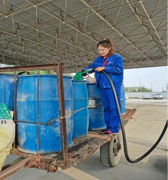 中国石化鞍山石油助力农户秋收 为农机加好油