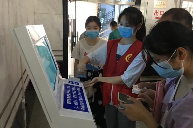 【志愿服务】岳医志愿者,你们穿红马甲的样子真美!