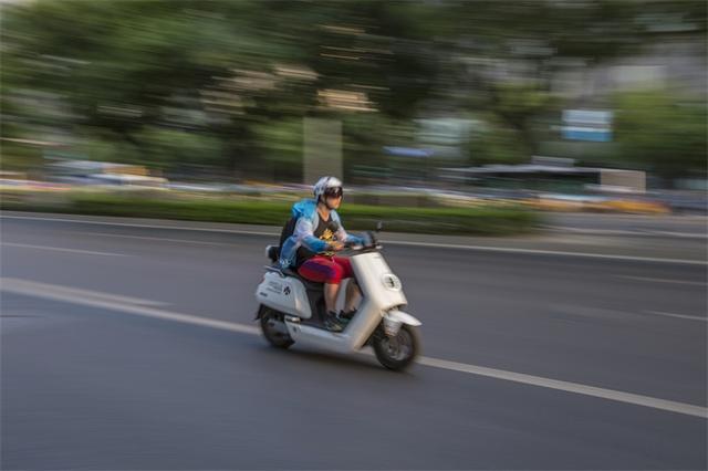 一车一盔!徐州共享电动车自带头盔头盔和车把间有防盗伸缩绳