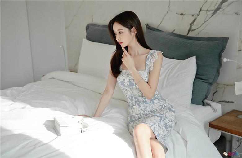 孙允珠丨卢加诺山野芳馨碎花紫蓝衣裙