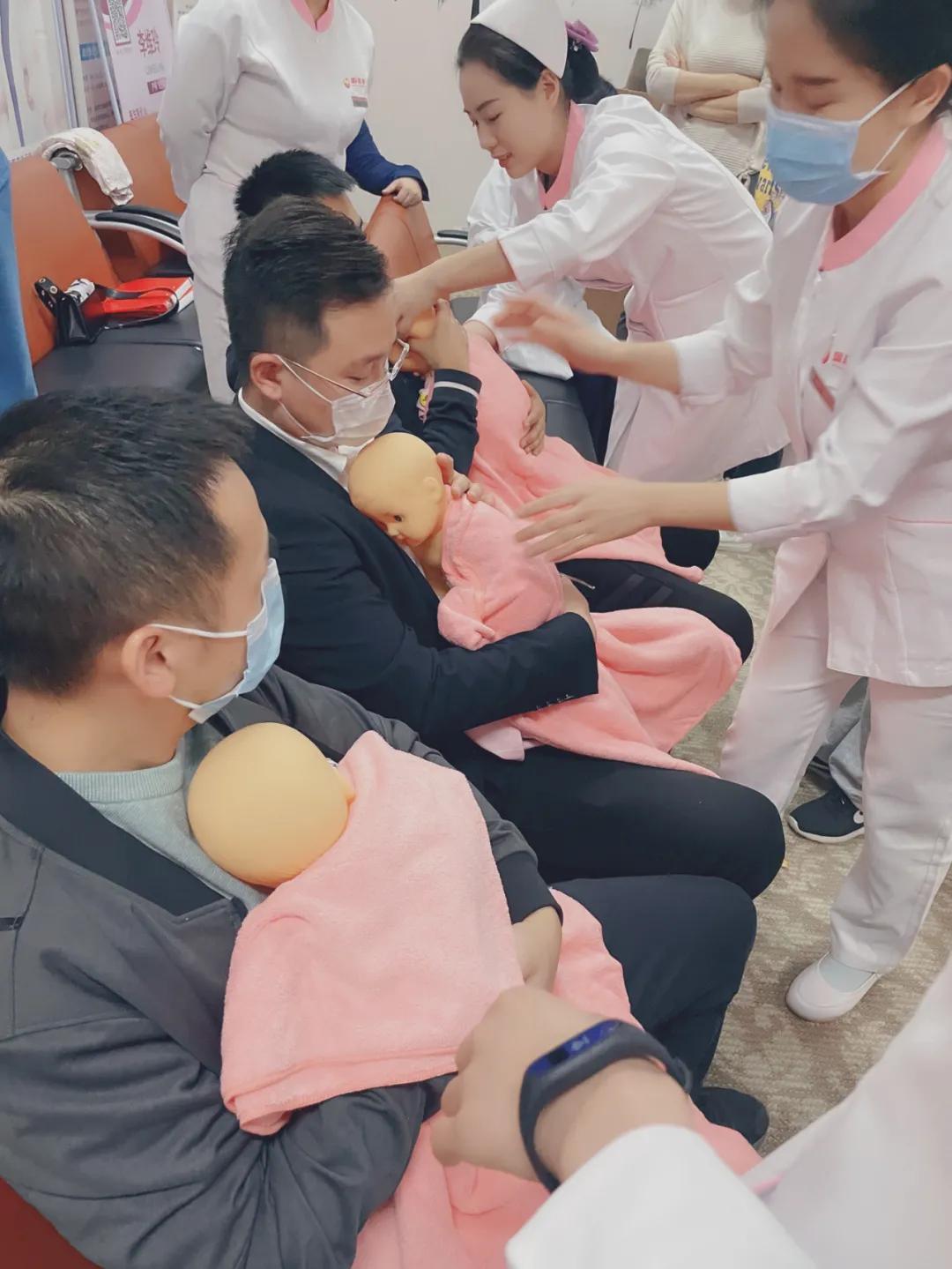 早产儿宝宝重温「临时妈妈」的怀抱