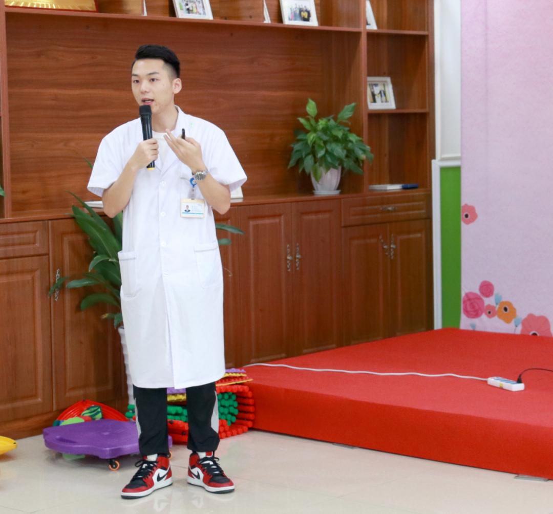 成都中童儿童康复医院孙浩老师正在讲解感统知识