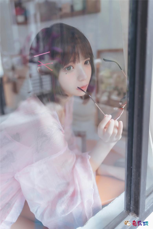 甜美少女的粉色睡衣