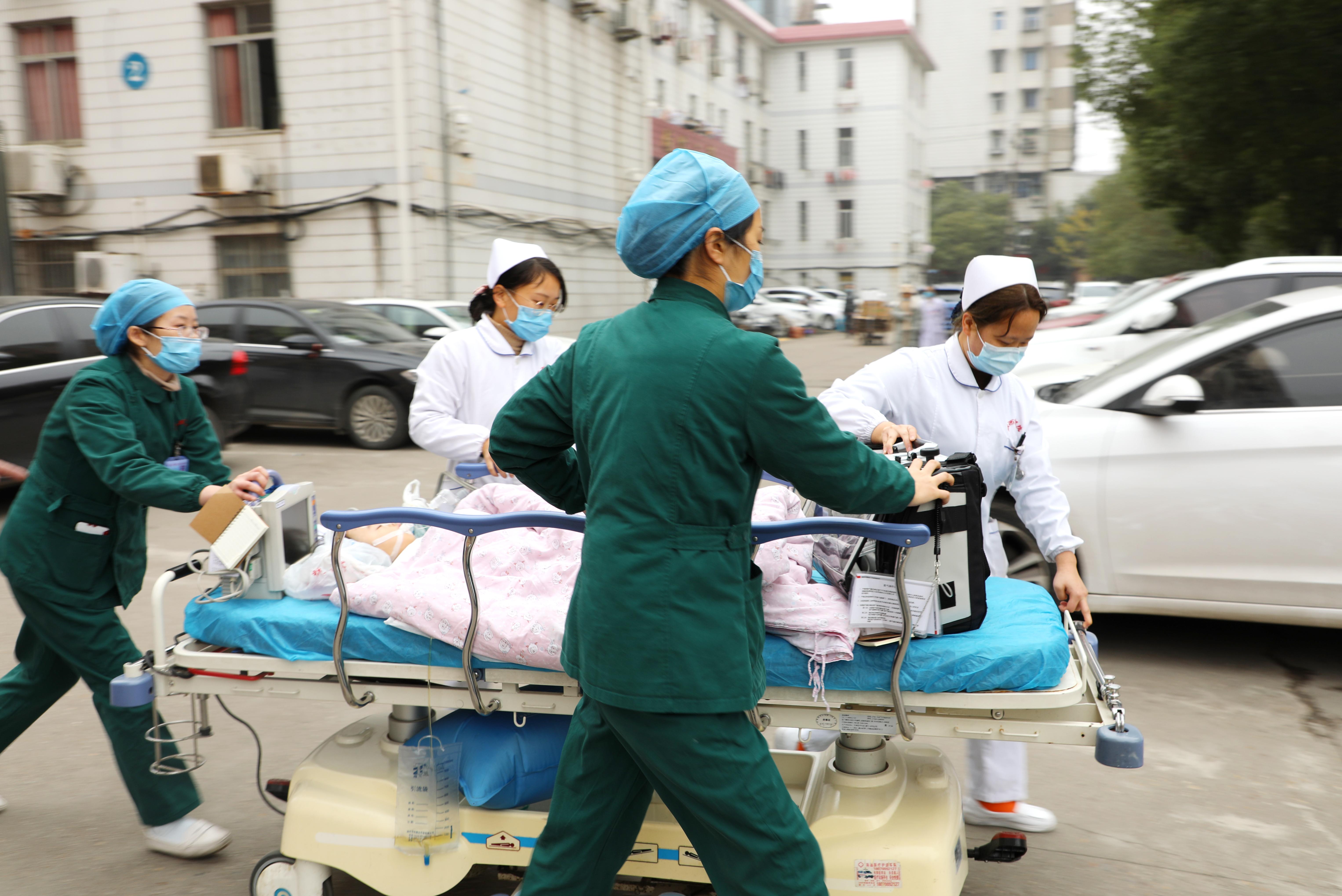 两岁男童双侧气管异物生命垂危,江西省儿童医院三分钟内取出
