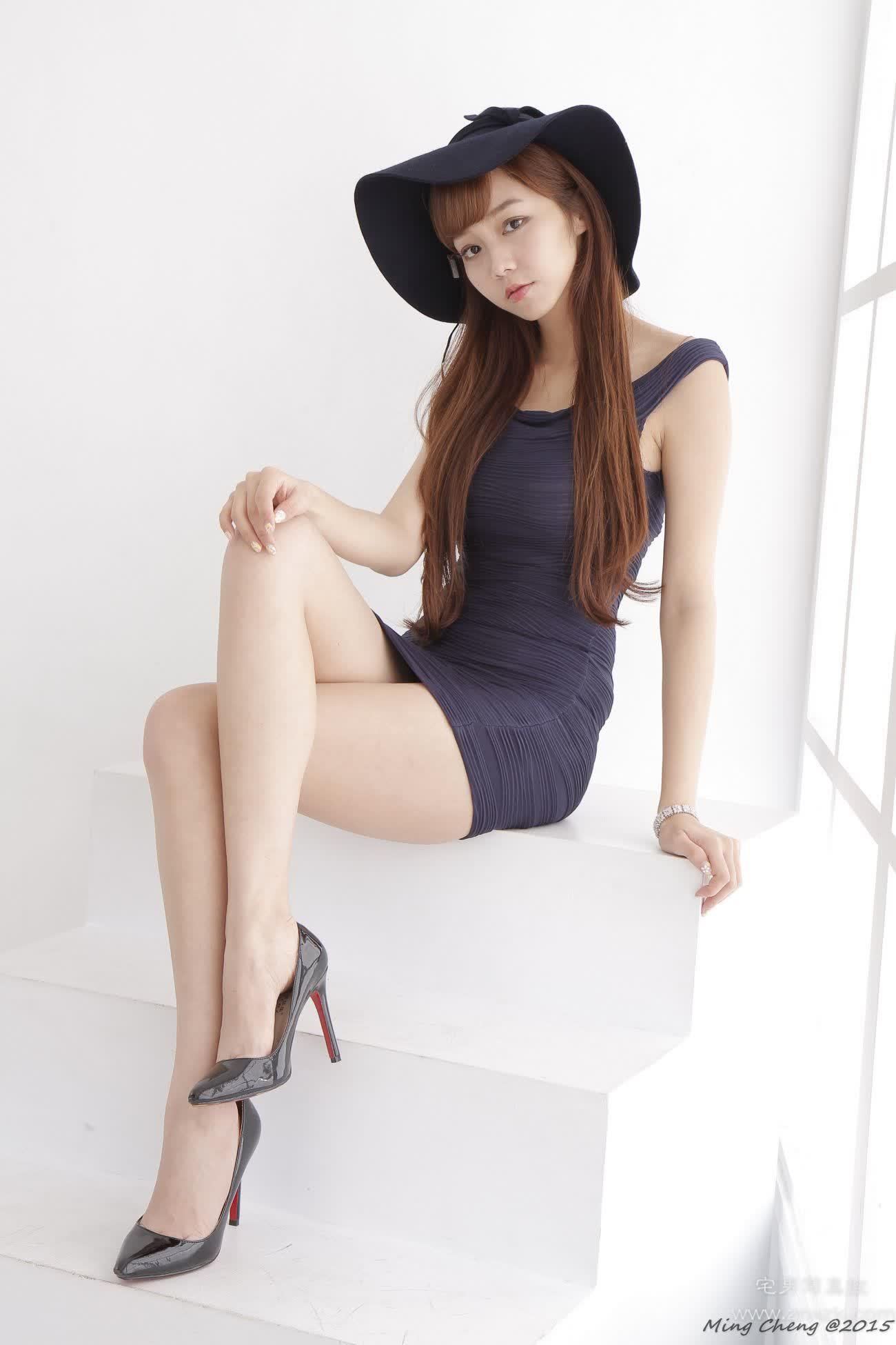 台湾腿模丝袜美腿高跟鞋棚拍 小予兒 緊身短裙高跟美腿