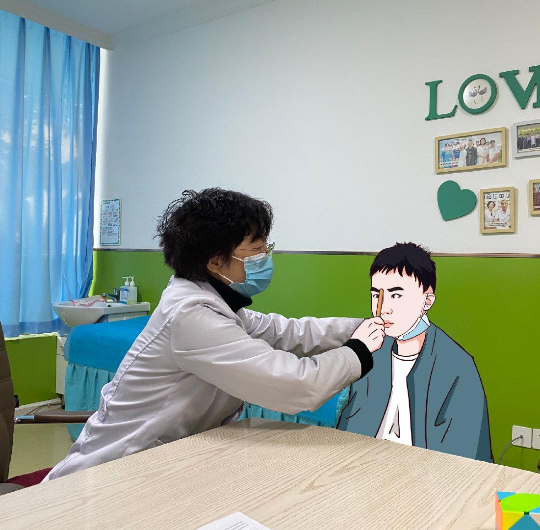 吴亚平医生为孩子做检查