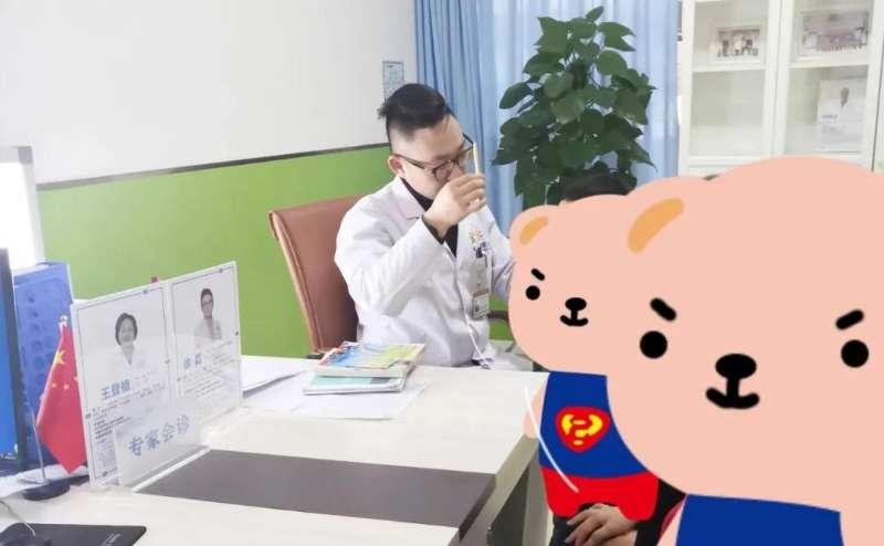 徐磊院长检查孩子追视能力